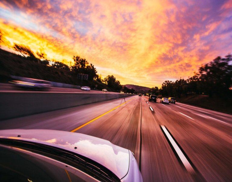 Bezpieczna jazda autem po mieście – porady dla każdego kierowcy